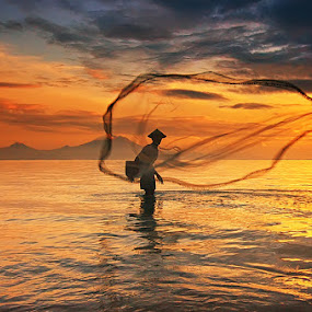 The Last Throw by Hendri Suhandi - People Street & Candids ( bali, sanur, fisherman )