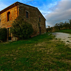 Rustic italian house by Fabrizio Reali - Landscapes Prairies, Meadows & Fields ( canon, sunset, house, italy, rustic, shot, country )