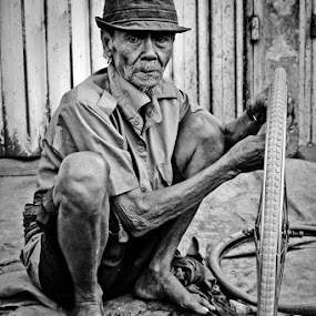 Old man with old wheel by Juang Rahmadillah - People Portraits of Men ( black and white, street, portrait )