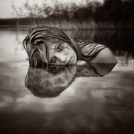talks in the water by Andris Polikevics - People Portraits of Women