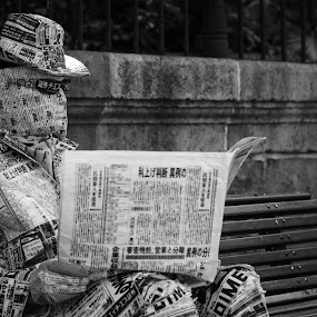 The PaperMan by Mateo de la Vega - People Street & Candids ( malaga, street performer, chinese, newspaper )