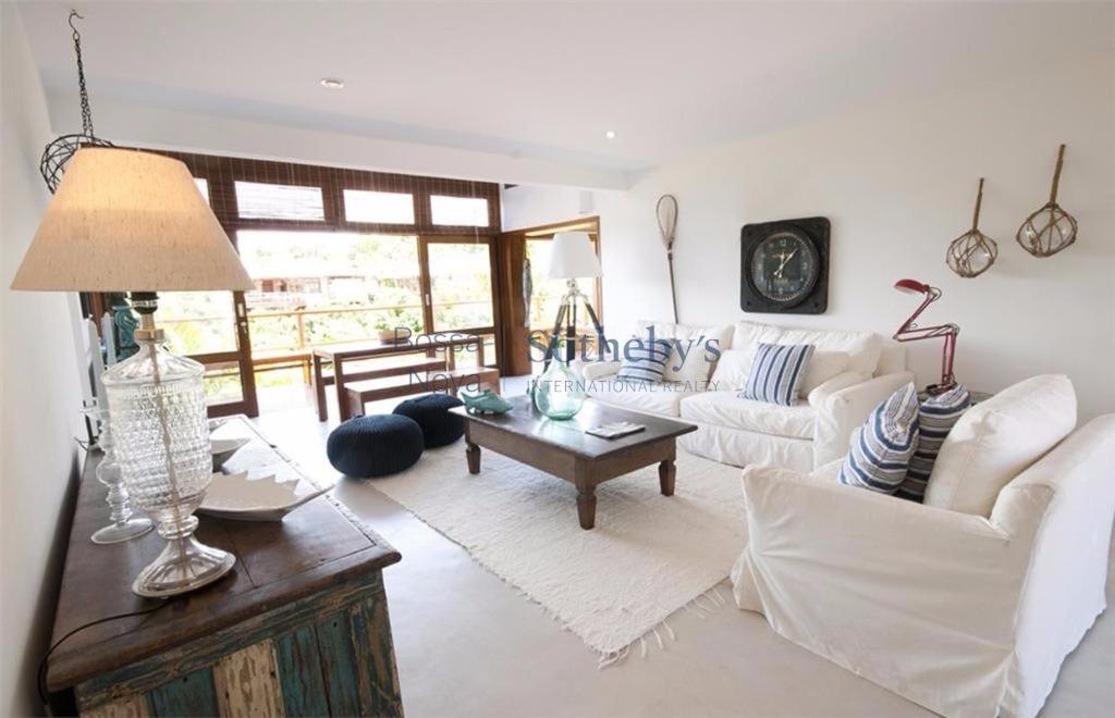 Excelente casa com cozinha e varanda integrados.