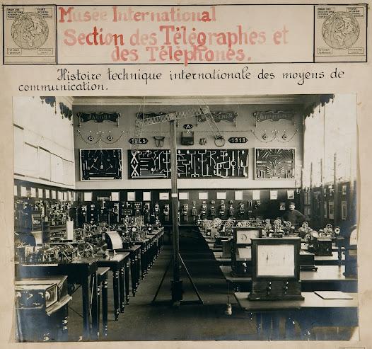 Une des salles du Mundaneum (Palais-Mondial) lorsqu'il est hébergé au Cinquantenaire (Bruxelles) à partir de 1920