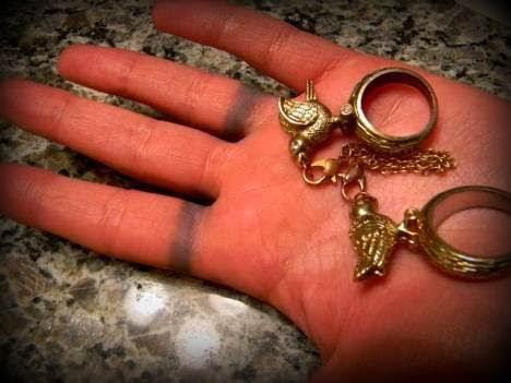 Почему от золота остаются черные следы