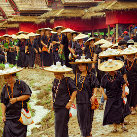 share a sense by Hartono Wijaya  - People Family ( cultural heritage, toraja, cereomny, travelling, sulawesi, indonesia, family, funeral, candid, streets, people, culture, street photography )