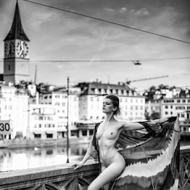 Nude in the city by Reto Heiz - Nudes & Boudoir Artistic Nude ( outdoor, zurich, female nude, nude, black and white, nudeart )
