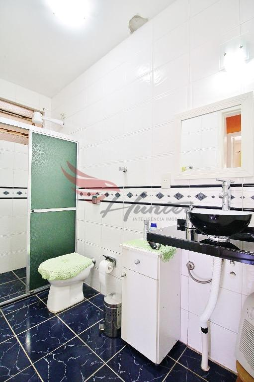 Próximo a UFRGS, apartamento de 2 dormitório modernizado, com cozinha de passa pratos, na Cidade Baixa em Porto Alegre.  Apartamento de 60m² com 2 dormitórios, modernizado, com orientação solar Norte e muito bem ventilado. Cozinha de Passa prato com armários, espaço para Cooktop e Depurador.  Prédio de 4 pavimentos com interfone e porteiro eletrônico.  Boa localização:  A 100m da Redenção; A 200m da UFRGS; A 450m do Zaffari Lima e Silva; A 450m do Hospital Santa Casa; A 600m do Shopping Nova Olaria.