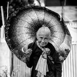 Umbrella Grand Ma by Taufan F Adryan - People Street & Candids