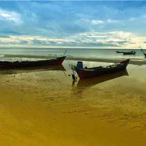 perahu terdampar by Ary Baban - Landscapes Travel