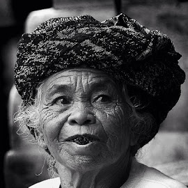to chew betel by Ary Widjaja - Black & White Portraits & People ( #chew #beteleat #oldwoman #balineseculture #nginangsirih )