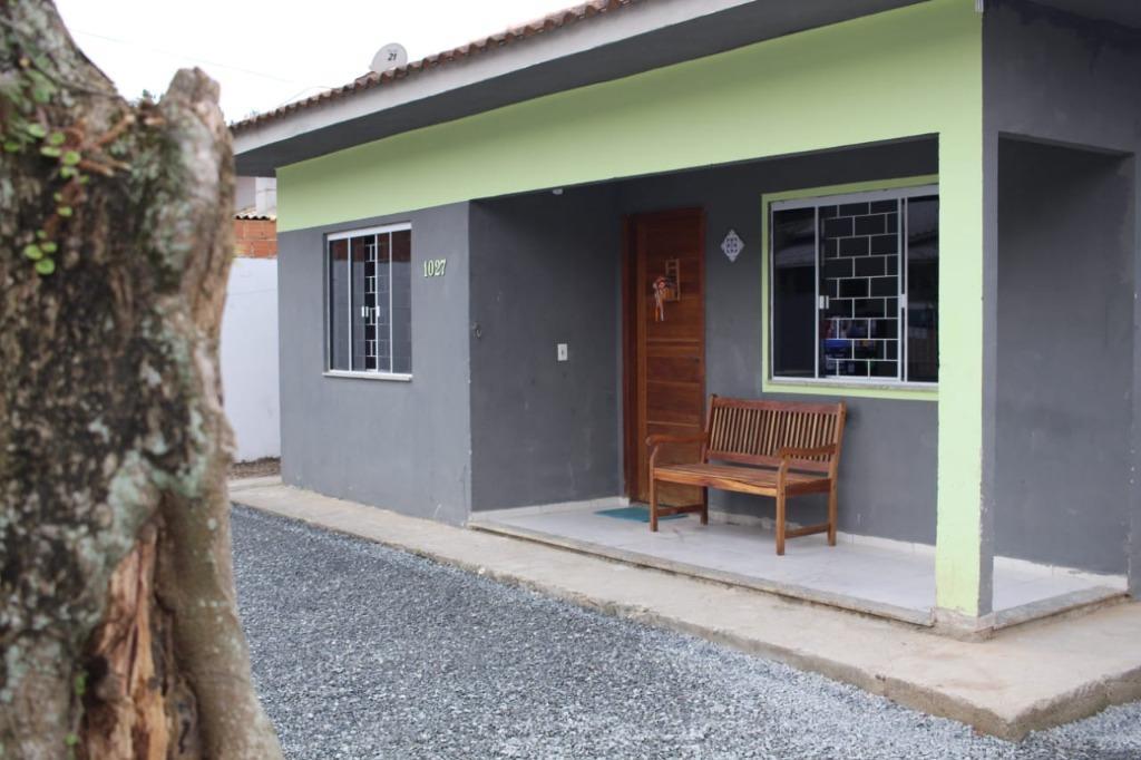 Casa com 3 quartos sendo 1 suíte, sala, cozinha,1 wc social, área de serviço, edícula, quintal e murada, á 800 metros da praia.