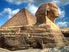 На восточной стороне комплекса лицом на восток расположен знаменитый Большой Сфинкс. Скульптура Сфинкса выполнена из цельной скалы (считается, что Сфинкс имеет портретное сходство с Хефреном).