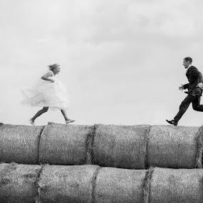 meet the bride and groom by Artur Jakutsevich - Wedding Bride & Groom ( love, jogging, meeting, extreme love, bride, groom )