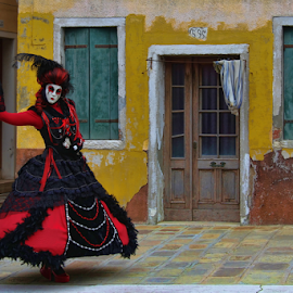 Red Black Lady by Dominic Jacob - People Musicians & Entertainers ( venezia, red, carneval, italia, carnival, carnaval, burano, venice, lady, venise, italy, black )