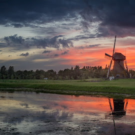 The old windmill of Pendrecht at a colourful sunset by Rémon Lourier - Buildings & Architecture Statues & Monuments