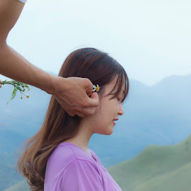 Một cành hoa a cài mái tóc by Sống Đẹp - Novices Only Portraits & People