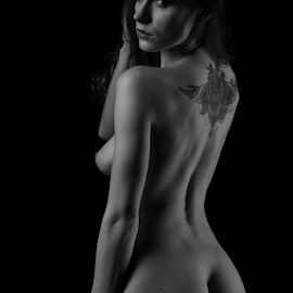 lookin' back by Reto Heiz - Nudes & Boudoir Artistic Nude ( studio, sexy, nude, nudeart, backside, female nude, lowkey, sensual )
