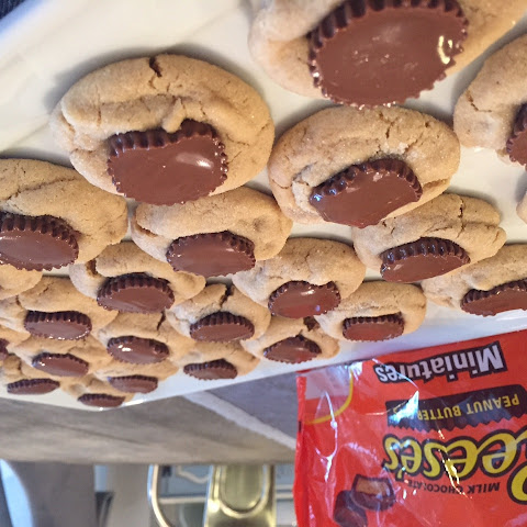 PEANUT BUTTER COOKIES WITH REESES