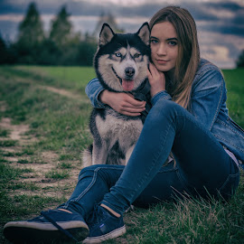 Friends by Grzegorz Wagner - People Portraits of Women ( face, model, piękno, beauty, oczy, cute, young, pretty, portrait, eyes, iza, modelka, wonder, pies, husky, dog, hair, eye )