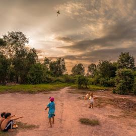 Memories of childhood by Sơn Hải - City,  Street & Park  Street Scenes ( clouds, viet nam, children, vietnamese, sunshone, vietnam, asian, child, playing, sky, tree, sunset, asia, cloud, childhood )