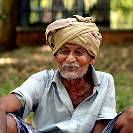 Old Age Smiles at its best...  by Vinod Rajan - People Street & Candids ( peoples, old man, candid, street, candids, people, park, smile,  )