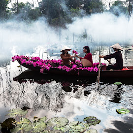 Suong khoi 1 by Nguyen Thanh Cong - People Street & Candids ( congphotography, thanhcong7855@gmail.com, congdolce@gmail.com, nguyen thanh cong, waterscape, woman, vietnamese, vietnam, landscape, natural, suong khoi, flower )