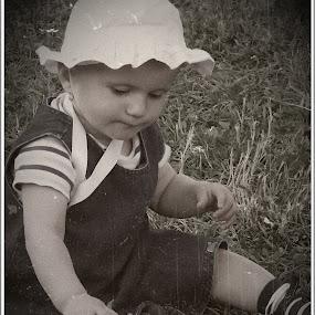 gyermek és a természet by Zlatko Sarcevic - Babies & Children Toddlers ( child, potrait, b&w, antik, ártatlanság )