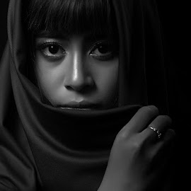 Terdiam by Happy Matkodak - People Portraits of Women ( model, girl, black and white, indonesia, portrait )