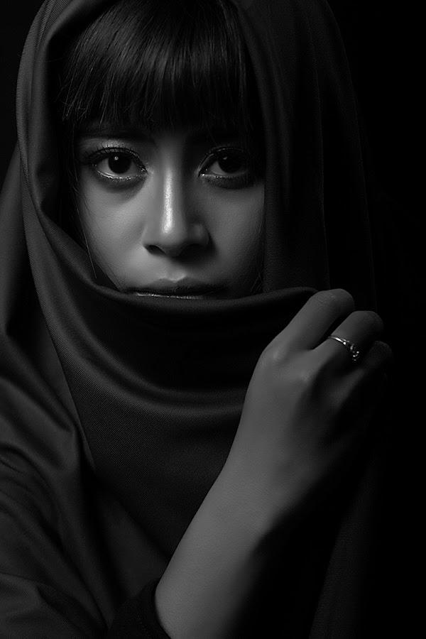Terdiam by Happy Matkodak - People Portraits of Women ( model, girl, black and white, indonesia, portrait,  )