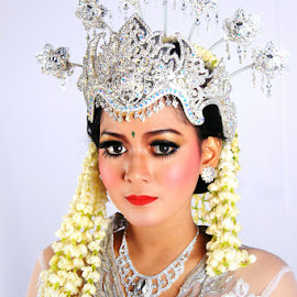Beauty 2 by Alnia Furwani Maulina - Wedding Details ( best female portraiture )