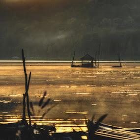 gubuk tua di tengah danau by Yoga Amerta - Landscapes Waterscapes ( lake bali picoftheday landscape waterscape )