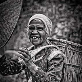 gembira seorang emak yg dapat berfoto by Aan Unchu - People Portraits of Women
