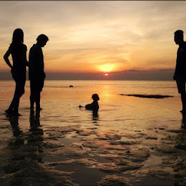 Sunset Delight... by Dickson   Shia - Babies & Children Children Candids ( family, sunset, sea )