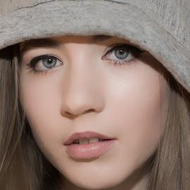 Iza by Grzegorz Wagner - People Portraits of Women ( face, model, white, piękno, biały, oczy, cute, young, pretty, portrait, eyes, iza, glamour, modelka, girl, wonder, wear, eye )