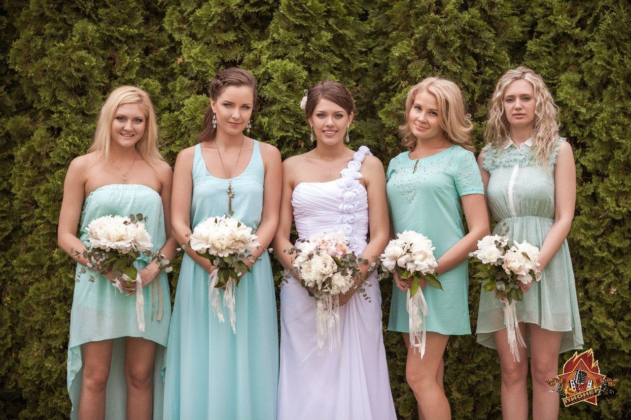 Фото причесок подружки невесты на свадьбу