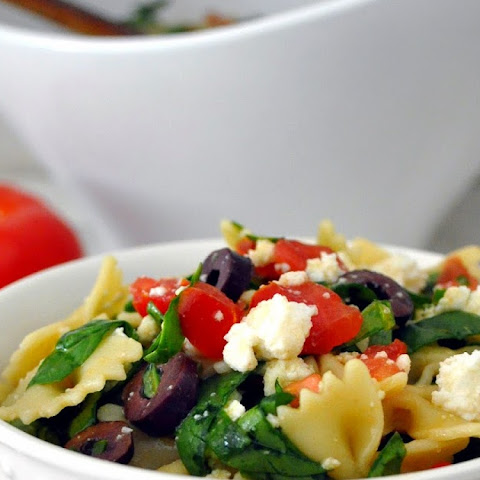 Healthy and Fresh Pasta Salad with Spinach and Ricotta Cheese
