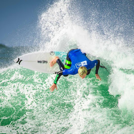 Carving it up by Catherine Thuaux - Sports & Fitness Surfing ( swell, surfing, surf board, australia, beach, surf, avoca beach )