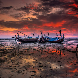 The red one by Arek Embongan - Transportation Boats