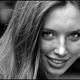 Looking by Etienne Chalmet - Black & White Portraits & People ( girls, black and white, beauty, people, portrait, eyes,  )