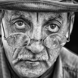 by Marco Bertamé - Black & White Portraits & People ( black & white, glasses, spectacles, hat, man, portrait, eyes, two )