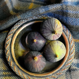 Figs in a dish by Heather Aplin - Artistic Objects Still Life