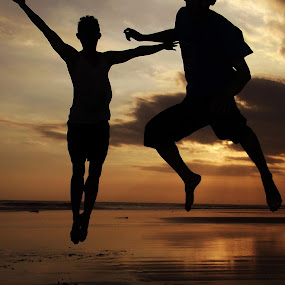 Silhouette by Iwan Siswanto Setiaonebudhi Nugraha - Landscapes Sunsets & Sunrises ( sunset, silhouette, beach, jump )