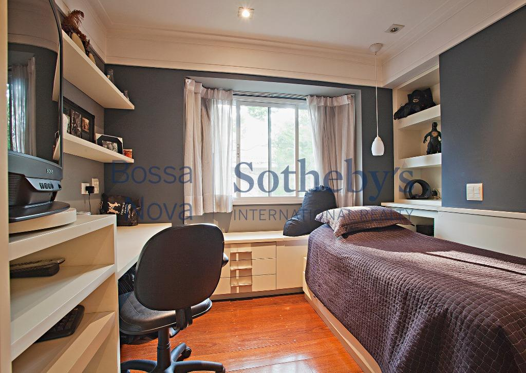 Casa de condomínio, pronta para morar e muito bem localizada!