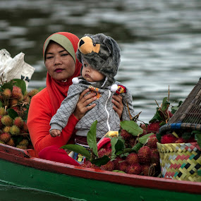 by Lay Sulaiman - Uncategorized All Uncategorized ( mother, woman, children, candid, portrait, people,  )