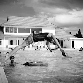 the swimmer by Akang Wachid - Novices Only Portraits & People ( #kitlens, #sport, #candid, #d3100, #blackandwhite, #bwlovers, #photoshoot, #nikon, #photo, #black&white, #nikon_indonesia, #blackandwhitelovers, #photography )