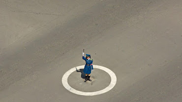 a-policewoman-isthe-middlethe-streetdirect-trafficthe-empty-streetsnorth-korea