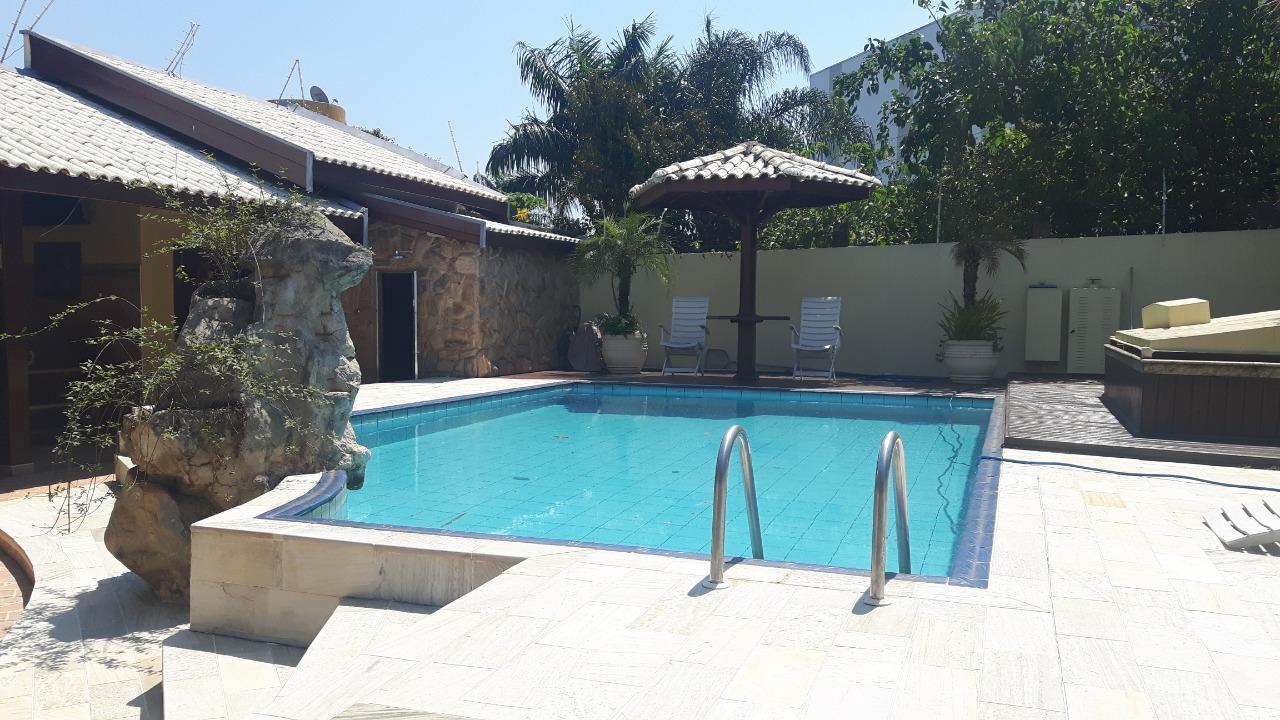 Linda chácara com piscina ,Lago com peixes,chalé , 3 suites