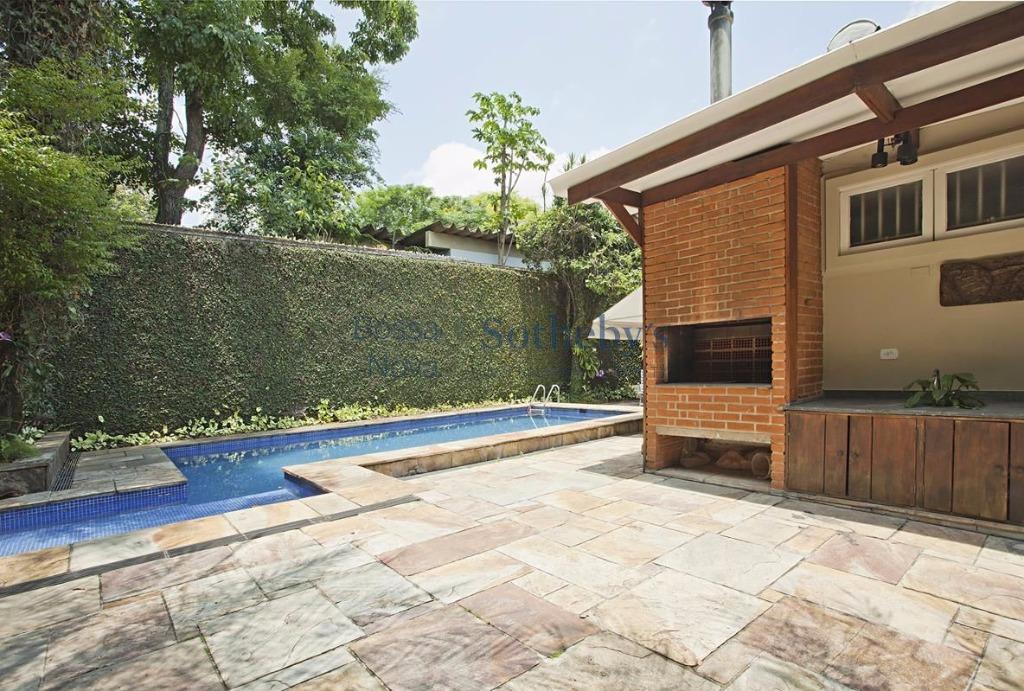 Casa com ambientes amplos em rua arborizada