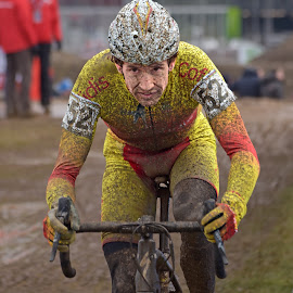 Looking Forward by Marco Bertamé - Sports & Fitness Cycling ( 2017, cyclist, spanish, cyclo-cross, number, championships, bicycle, luxembourg, muddy, mud, red, aitor hernandez gutierrez, determined, uci, 52, world, man, bieles )