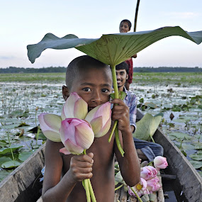 পদ্মবিল by Akash Islam - Babies & Children Child Portraits ( lotus, bangladesh )